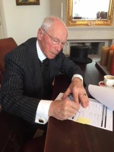 gerard aan het ondertekenen